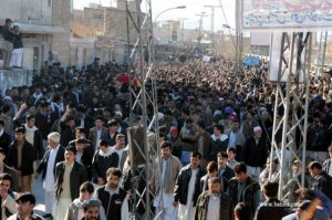 Mourners going towards Hazara Graveyard with the body of martyred leader, Yousufi.